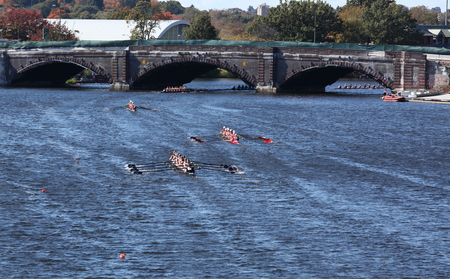 BOSTON - OCTOBER 20: TBC Racing(7) and Community Rowing(8) race to go under the Elliot Bridge in the Head of Charles Regatta, on October 20, 2013 in Boston, MA Redactioneel