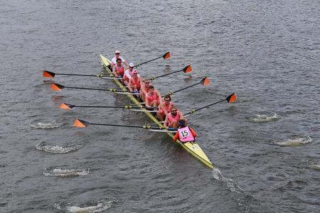 eights: BOSTON - 19 de octubre 2014: carreras de la Universidad de Princeton en la cabeza de la regata de Carlos Hombres Campeonato Ochos