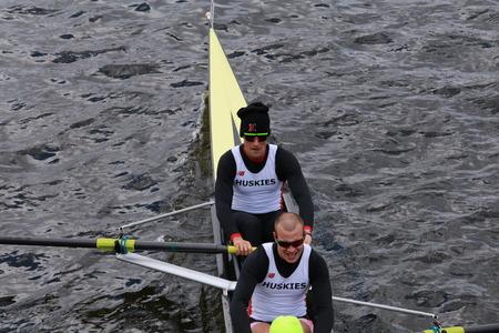 eights: BOSTON - 19 de octubre 2014: Universidad del Noreste carreras en la cabeza de la regata de Carlos Hombres Campeonato Ochos