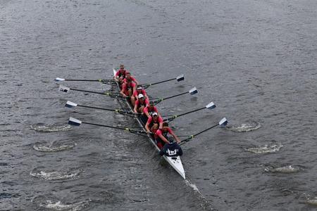 eights: BOSTON - 19 de octubre 2014: Universidad de Yale carreras en la cabeza de Carlos regata Hombres Campeonato Ochos