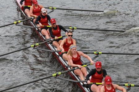 eights: Carreras de la Universidad de Alabama en el jefe del Campeonato de Charles Regatta de las mujeres Ochos