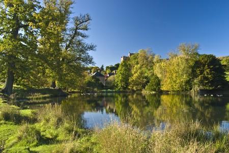 paisaje rural: La granja inglesa con el estanque