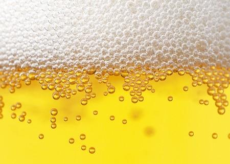 신선한 맥주 거품 유리 텍스처 버블 링