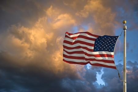 USA Flagge in den Wind dunklen Himmel und Wolken Standard-Bild - 7600796