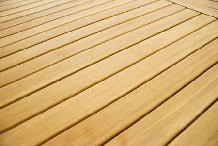 Een houten tuin tafel in een detail