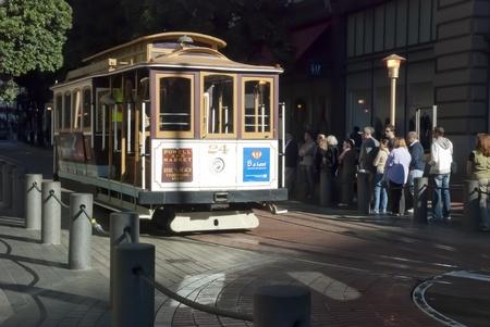Permanent: SAN FRANCISCO - NOVEMBER 2008: De Kabelbaan tram, 07 november 2008 in San Francisco, USA. De San Francisco kabelbaan systeem is wereldwijd laatste permanent handbediend kabelbaan systeem. Redactioneel