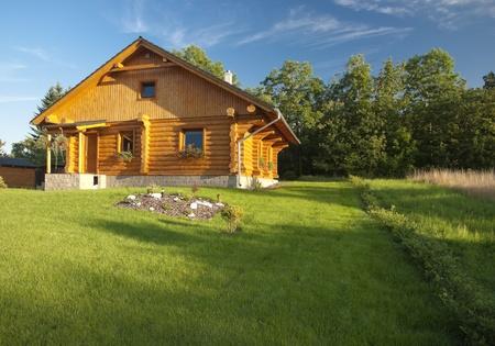 TSJECHIË, Jíloviště-AUGUSTUS 20,2010: Ouderwetse cabine huis op het platteland is altijd gewild stijl voor permanente bewoning.
