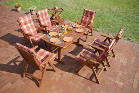 Los muebles de jardín en el patio Foto de archivo - 12990876