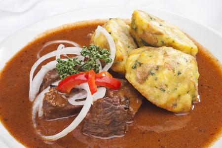 Gulasch ungherese gnocchi w e contorno di verdure