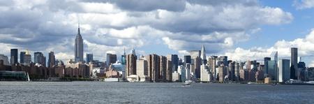 午後のニューヨークシティのアップタウンのスカイライン 写真素材