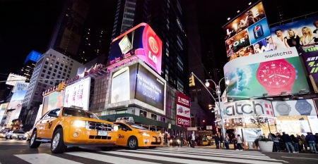 taxi: CIUDAD DE NUEVA YORK - 26 de septiembre: Times Square, con teatros de Broadway, taxis y animados signos de LED, es un símbolo de la ciudad de Nueva York y los Estados Unidos, 26 de septiembre de 2012 en Manhattan, New York City Editorial
