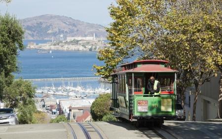 Permanent: SAN FRANCISCO - NOVEMBER 2012: De Kabelbaan tram 2 november 2012 in San Francisco, Verenigde Staten. De San Francisco cable car-systeem is wereldwijd laatste permanent handbediende kabelbaan systeem. Lijnen werden opgericht tussen 1873 en 1890.
