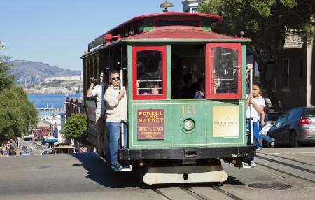 Permanent: SAN FRANCISCO - NOVEMBER, 2012: de kabelbaan tram 3 november 2012 in San Francisco, Verenigde Staten. De San Francisco cable car-systeem is wereldwijd laatste permanent handbediende kabelbaan systeem. Lijnen werden opgericht tussen 1873 en 1890.