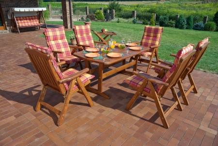 Los muebles de jard�n por el patio de la casa photo