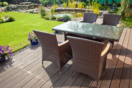Luxe Tuin rotan meubels op het terras Stockfoto