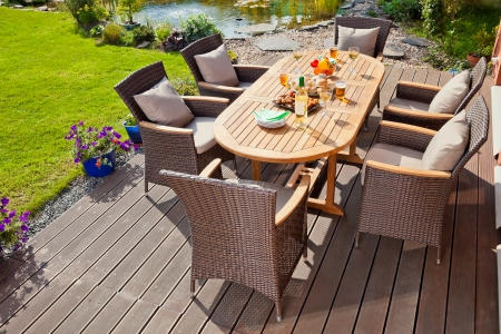Luxe Tuin rotan meubelen op de patio Stockfoto
