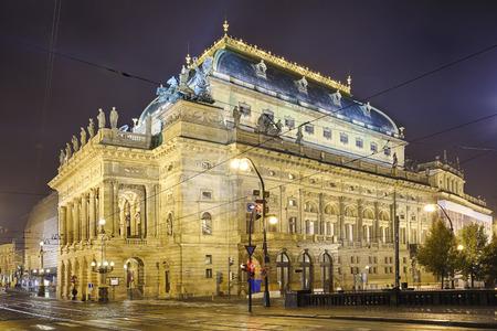 Praga, República Checa, El Teatro Nacional en la noche