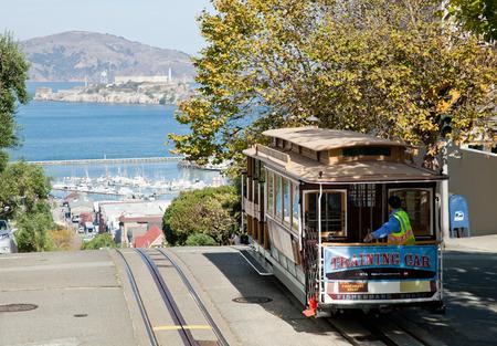 Permanent: SAN FRANCISCO - 2 november: De kabelwagentram, 2 november 2012 in San Francisco, USA. De San Francisco kabelbaan systeem is wereldwijd laatste permanent handbediende kabelbaan systeem. Lijnen werden opgericht tussen 1873 en 1890.