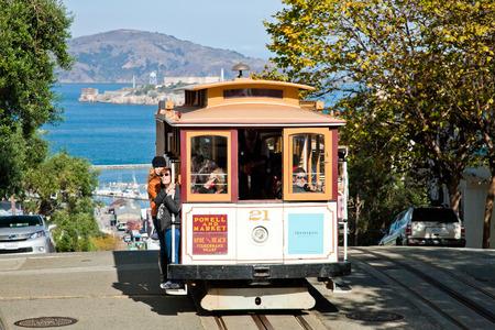Permanent: SAN FRANCISCO - 2 november: De kabelwagentram 2 november 2012 in San Francisco, USA. De San Francisco kabelbaan systeem is wereldwijd laatste permanent handbediende kabelbaan systeem. Lijnen werden gemaakt tussen 1873 en 1890.