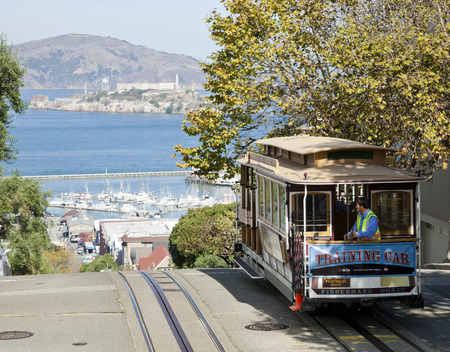 Permanent: SAN FRANCISCO - november 2 De kabelwagentram, 2 november 2012 in San Francisco, Verenigde Staten San Francisco kabelbaan systeem is wereldwijd laatste permanent handbediende kabelbaan systeem Lijnen werden opgericht tussen 1873 en 1890 Redactioneel