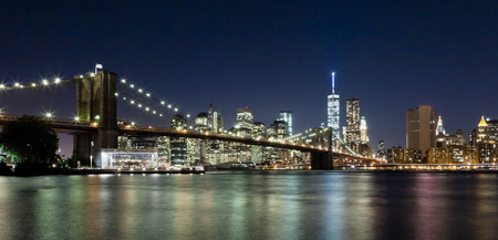 The New York City skyline at night w Brooklyn Bridge and Freedom tower Standard-Bild