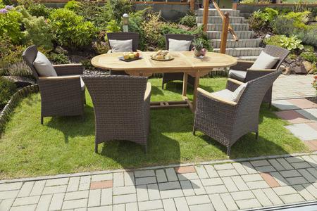 Tuinmeubelen in de tuin Stockfoto