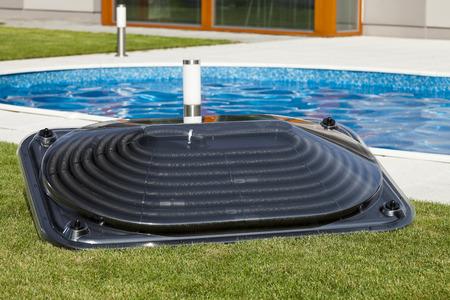 Zonne water verwarming paneel voor het zwembad Stockfoto
