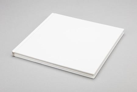 hoja en blanco: Libro en blanco con cubierta blanca  Foto de archivo