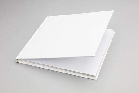Leeg boek met op een kier witte cover 8,5 x 8,5 in Stockfoto