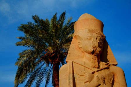 louxor: Statue de Rams�s II dans le temple de Karnak � Louxor, en �gypte.