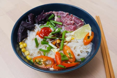 Vietnamese Pho Bo soup with rice noodles, beef and Basil 版權商用圖片
