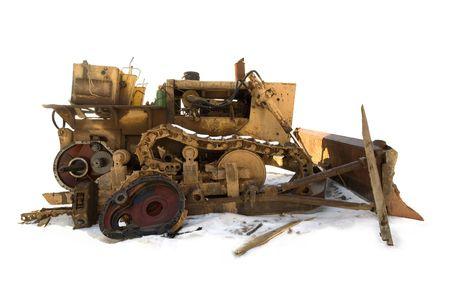 maquinaria pesada: Bulldozer roto aislada sobre la nieve.