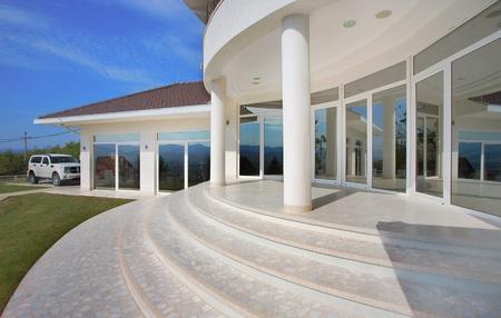 fenetres: Architecture de maison ext�rieur, large et Cher maison moderne. Banque d'images