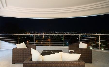 Uitzicht vanaf een groot modern terras, eenvoudig en groot in het wit.