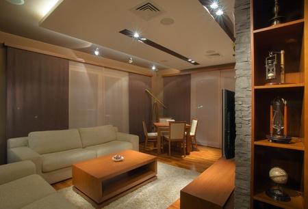 haus beleuchtung: Modernes Interieur einer Wohnung mit handgemachten M�beln und Ausr�stung f�r die Beleuchtung. Lizenzfreie Bilder