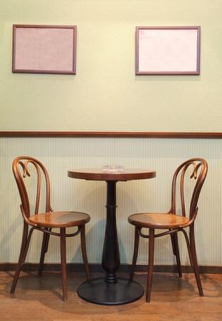 silla de madera: Detalles de un interior de un peque�o caf�. S�lo sillas, marcos vac�os y tablas.