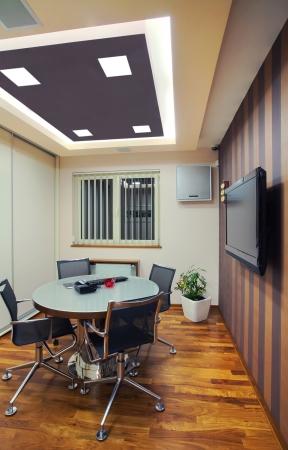 comercial: En el interior de una oficina, mobiliario moderno y simple y equipos de iluminaci�n.  Foto de archivo