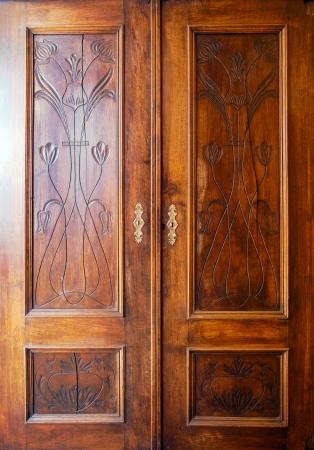 Details van een oude kastdeuren met ornamenten. Stockfoto