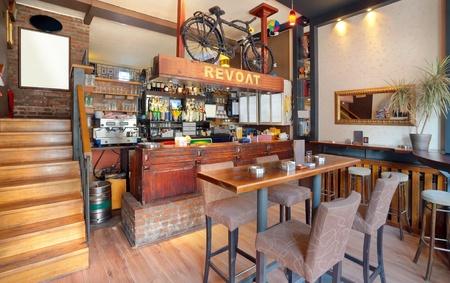 cafe bar: Interieur van een moderne café, meubelen, verlichtingsartikelen en decoratie.  Stockfoto