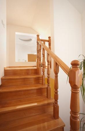 Escaleras de madera en casa, decoración de interiores, paredes de madera y blancas. Foto de archivo - 9968167