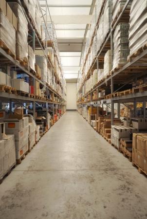 warehouse interior: Warehouse interno, confezioni di bevande classificate sugli scaffali.