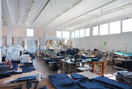 coser: Interior de una empresa de costura, equipos y materiales.