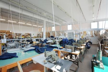 sew: Interieur van een naai-bedrijf, apparatuur en materialen. Stockfoto