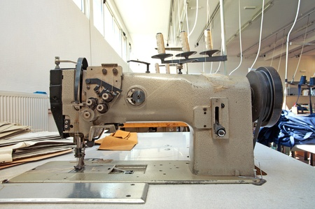materia prima: Los detalles de una m�quina de coser en una f�brica. Foto de archivo