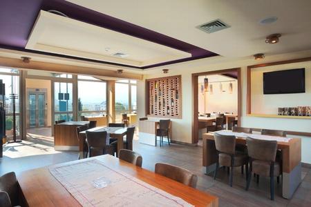Mobili e arredamento di un ristorante, stile moderno, di giorno. Archivio Fotografico - 11184155