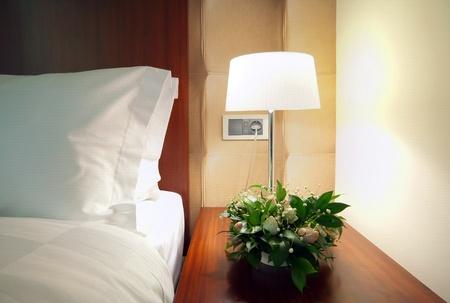 詳細的房間角落裡,床邊燈。