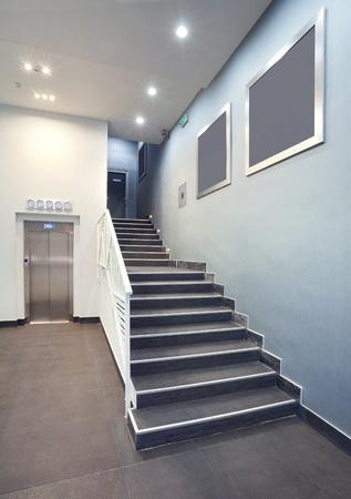 Innere eines gebäudes flur, treppen hotel, modernes design in ...
