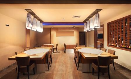 室內現代化的餐廳,經典的設計,通過夜間。