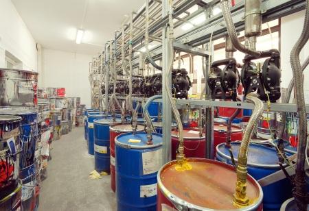 industria quimica: Interior de una sala de f�brica para tintas de mezcla, utilizados en la impresi�n.
