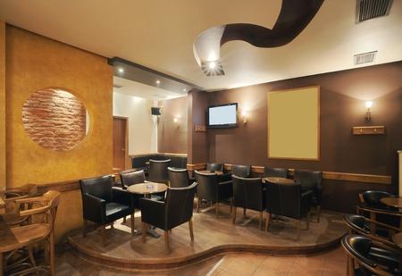 muebles de madera: Café Moderno y sencillo de interiores con mobiliario clásico de madera.
